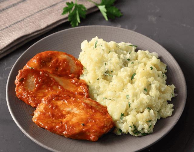 Κοτόπουλο σε κόκκινη σάλτσα με πουρέ σπαστής πατάτας