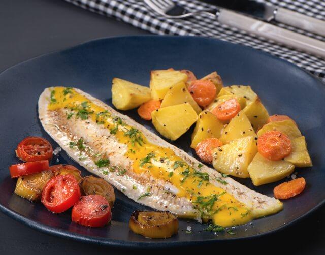 Φιλέτο γλώσσας στο φούρνο με πατάτες και λαχανικά
