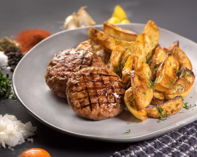 Μπιφτεκάκια ζυμωμένα με φέτα και πατάτες