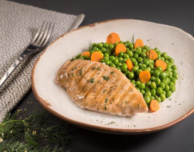 Κοτόπουλο σχάρας με αρακά και καροτάκι